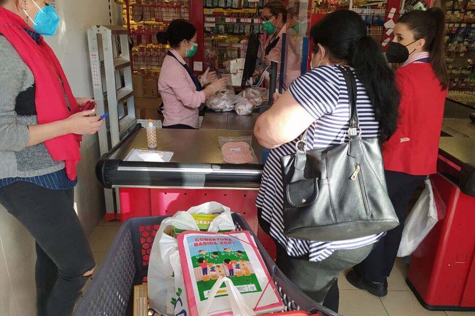 Usuarios recogen carro comida